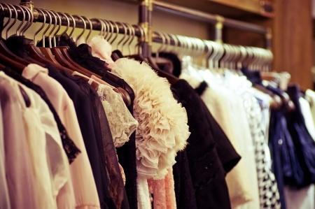 По дрехите посрещат